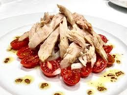 cuisine tomate ensalada de tomate ventresca y cebolla ร ปถ ายของ restaurante