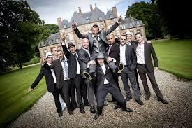 photo de groupe mariage le groupe de mariage met en valeur les mariés