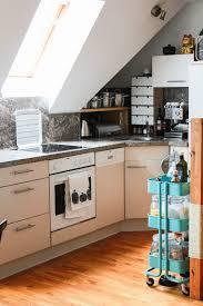 Ideen Kche Einrichten Kleine Küche Mit Schrägen Und Auch Kaum Oberschränken Sehr Schön