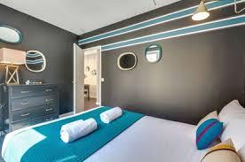 chambre noir et turquoise mettre de la couleur dans une chambre d adulte côté maison