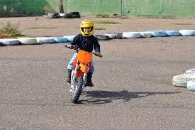 si e enfant scooter moto électrique enfant critères de choix ooreka
