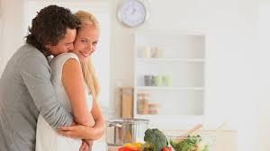 amour dans la cuisine etre humain cuisiner faire la cuisine hd stock 495 313