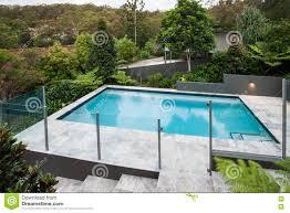 piscine en verre piscine moderne avec une barrière en verre sur le plancher photo