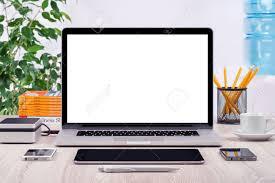 gadgets de bureau lieu de travail avec un ordinateur portable ouvert maquette