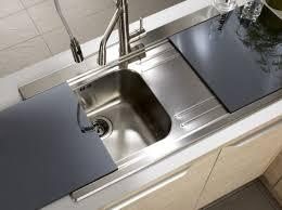 planche pour plan de travail cuisine des plaques en verre coulissantes recouvrent l évier et font