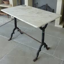mobilier de bistrot table de bistrot en matériaux anciens une table en marbre et en