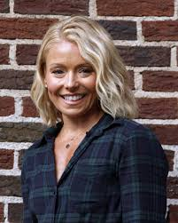 how do they curl kelly rippas hair kelly ripa debuts new hairstyle hair