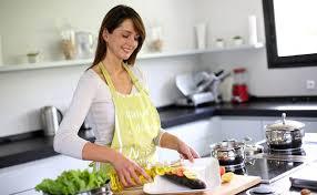 femme qui cuisine comment perdre votre graisse abdominale