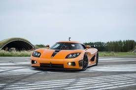 koenigsegg cc8s orange christian von koenigsegg races in a bugatti veyron against a ccxr