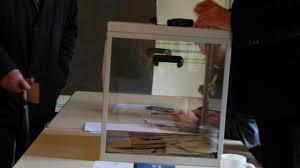 tenue d un bureau de vote lamballe présidentielle il vient voter en tenue d infirmière