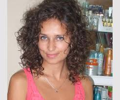 shaggy permed hair 35 spectacular medium curly hairstyles slodive