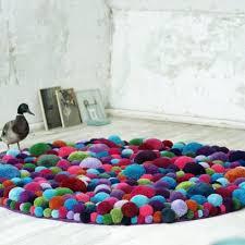 tapis pour chambre bébé tapis pour chambre d enfant en pompons de toutes les couleurs