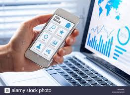 Haus Suchen Kaufen Immobilien App Konzept Auf Einem Handy Bildschirm Person Die