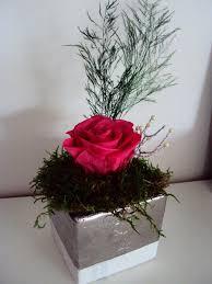 composition florale avec des roses composition rose fleur stabilisée préservée mousse préservée pot