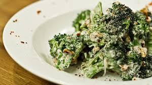 cuisiner le brocolis frais recette salade tiède de brocoli chèvre frais et noix de
