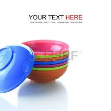 piatti e bicchieri di plastica colorati vista dall alto di bicchieri di plastica colorati foto royalty