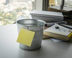 post it sur bureau videz de la note de post it sur le seau sur le bureau image stock