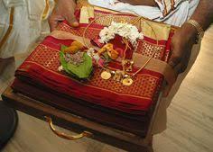 Indian Wedding Gifts For Bride Brahmin Wedding Photography Indian Wedding Couple Photoshoot