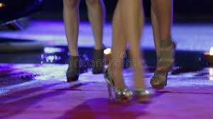 imagenes hermosas que se mueben piernas hermosas de la mujer con los tacones altos que se mueven