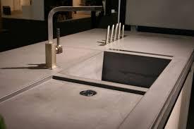 plan de travail cuisine beton evier béton intégré au plan de travail et aperçu du porte couteaux