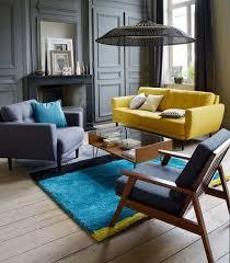 canap bleu gris déco salon un canapé jaune et un tapis bleu vif réveillent le