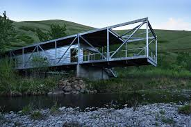 cantilever homes river place home uses trusses to cantilever both ends