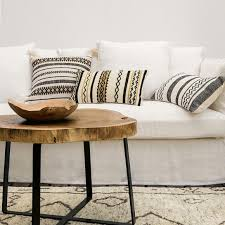 décoration canapé décoration salon table en bois tapis berbère et canapé blanc