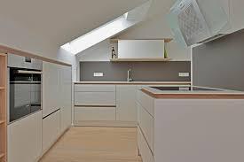 moderne dachschrägen küche hochglanz weiß küche dachschräge