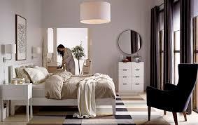 schlafzimmer stockholm eine frau steht in einem schlafzimmer eingerichtet u a mit
