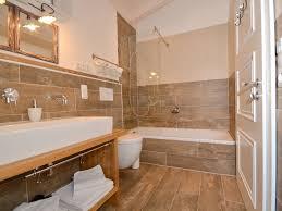 badezimmer im landhausstil lovely badezimmer landhausstil eckbadewanne stufe schminktisch bad