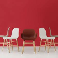 Esszimmerstuhl In Rot Normann Copenhagen Stuhl Mit Armlehnen Form Rot Eichenholz Und