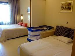 lit bébé chambre parents chambre supérieure avec lit parents au fond lit pour bébé et canapé