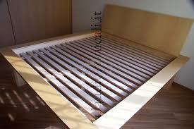 letto a legno massello letto in legno massiccio con testata rete a doghe e comodino