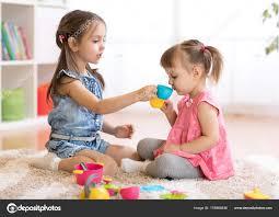 cuisine avec enfant enfants peu heureux bébé mignon et filles enfant jouent avec