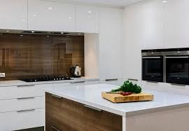 cuisine bois et blanc laqué design interieur crédence cuisine bois foncé placards blanc laqué