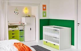 chambre avec lit bébé blanc
