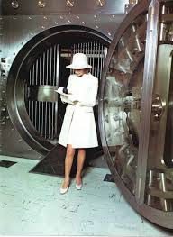 si e social bnp paribas bnp customer in front of a safe deposit box in 1968 at that