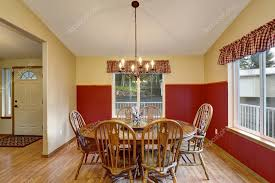 pittura sala da pranzo sala da pranzo con interno rosso e crema â foto stock â iriana88w