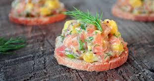 canapé saumon canapés de tartare de saumon à la mangue et à l aneth recette par