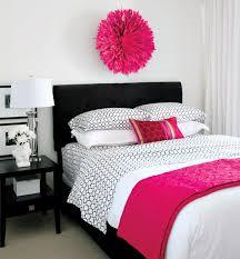 chambre à coucher blanc et noir chambre a coucher noir et blanc avec pink touch deco