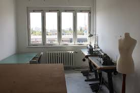 studio space with sewing machines atelier mit nähmaschinen zu