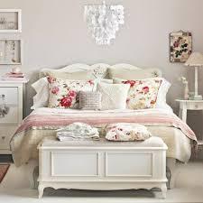 schlafzimmer shabby shabby chic stil schlafzimmer dekokissen leuchter beautiful