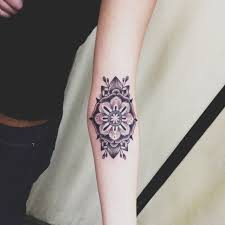 tatouage bracelet avant bras photo tatouage femme un dessin sur l u0027avant bras
