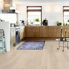 entr cuisine facile parquet dans une cuisine entre le parquet le carrelage le bton ou