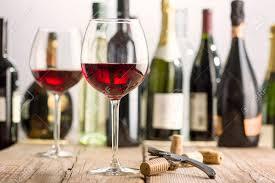 sur la table wine glasses verre de vin rouge sur la table en bois près de tire bouchon et