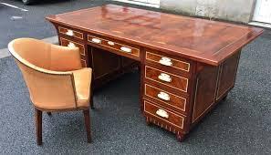 bureau antiquaire bureau à caissons en acajou et fauteuil déco antiquités