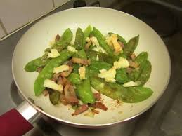 cuisiner des pois gourmands gourmandise printanière recette de pois gourmands aux lardons