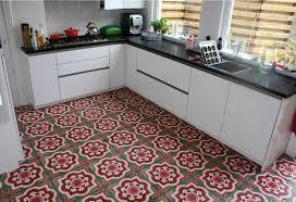 bodenfliesen küche fliesen küche landhaus mit schöne motiv bodenfliesen in grün rot farbe