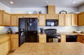 cuisine brun cuisine brun clair avec les appareils noirs image stock image du