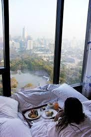 chambre avec vue lit blanc chambre avec vue hotel getaways bedrooms